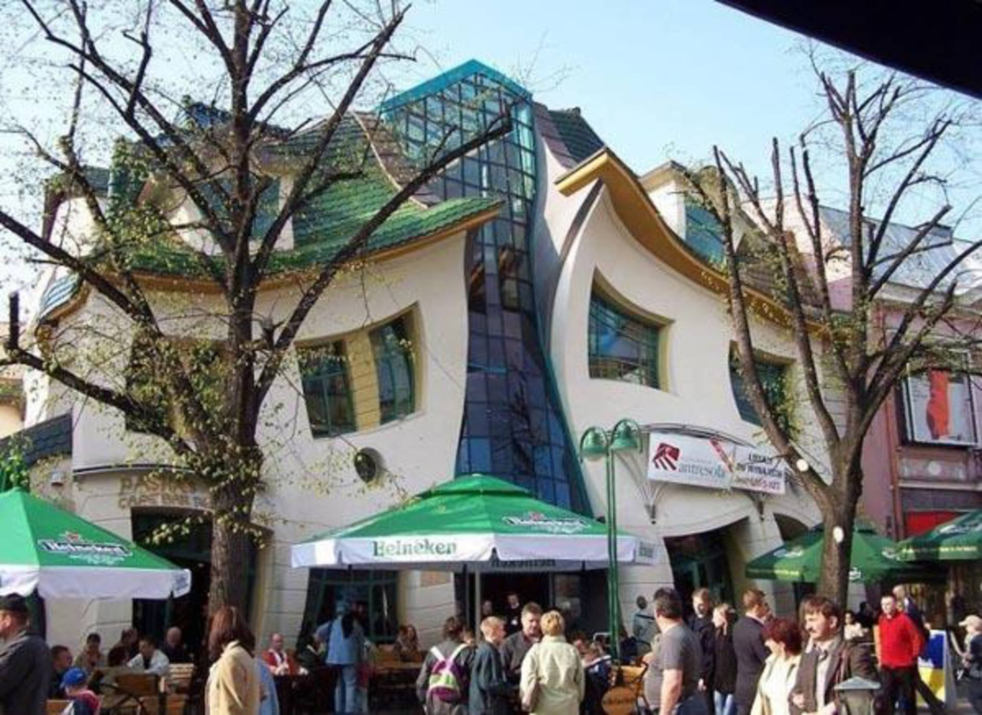 10. the-crooked-house-in-sopot-poland-coming-from-the-fairy-tale-3
